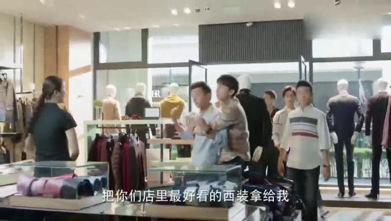 郑爽想偷看杨洋的好身材,让他选西服,杨洋却看着她一直笑!