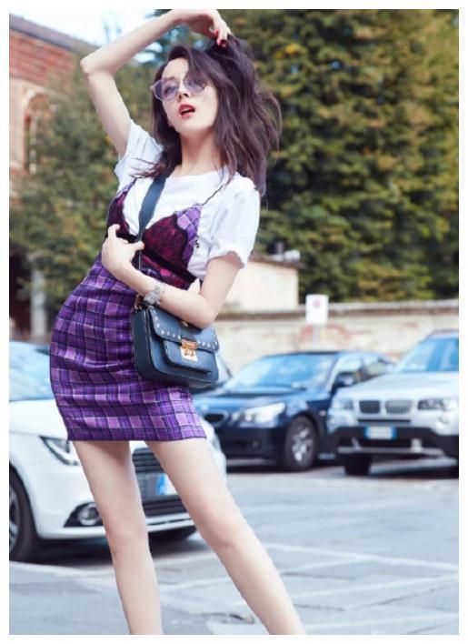 """迪丽热巴街拍时刻,内衣外穿打造前卫时尚,""""V字""""长裙魅力十足"""