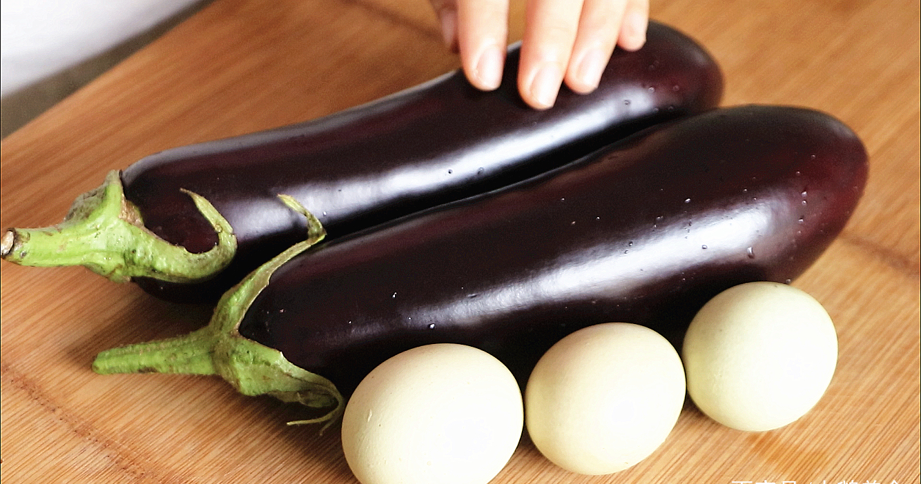 秋天多给孩子吃茄子,加3个鸡蛋简单一搅,又软又香出锅就扫光