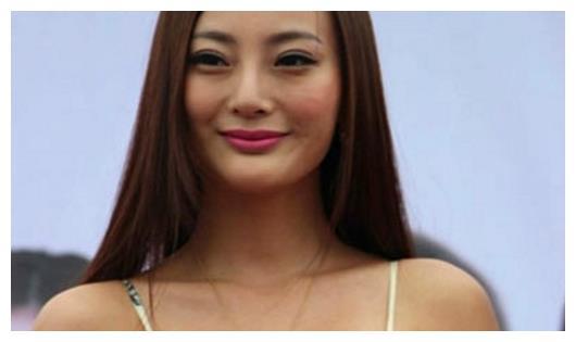 王李丹妮身穿性感出席活动,网友:身材比柳岩都好!