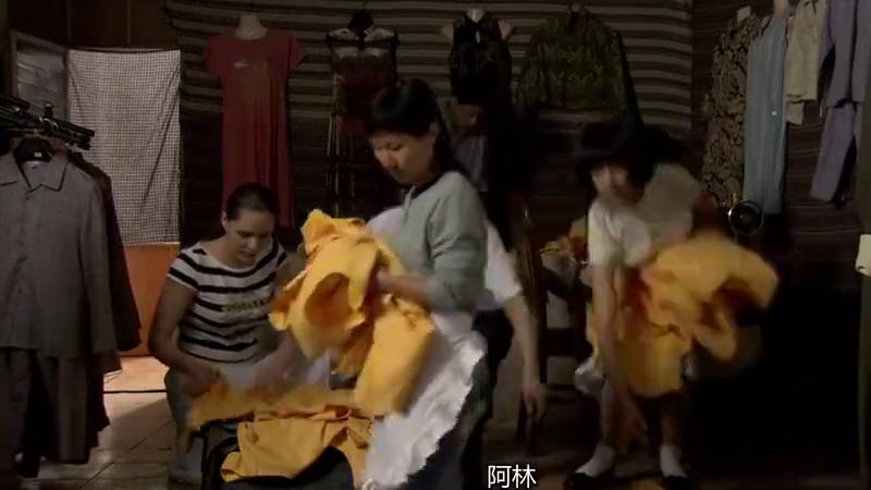李小龙传奇:王老板的手下来小曼家收保护费,小曼的爸爸耗不过啊
