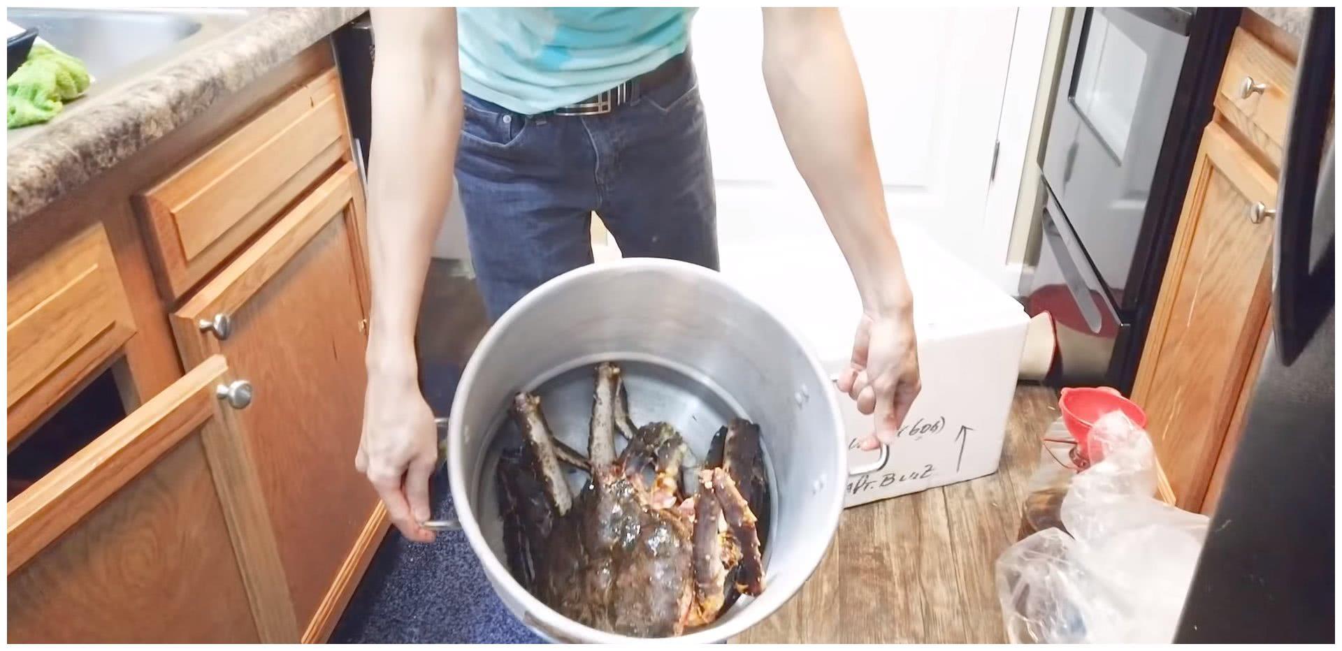 国外的土豪吃播,2600元买了一个帝王蟹,煮熟打开壳无法接受