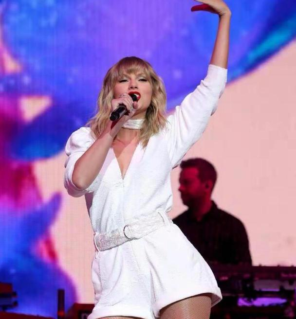 霉霉白衣红唇现身演唱会,新歌反响热烈,舞姿动感只是粗腿太抢眼