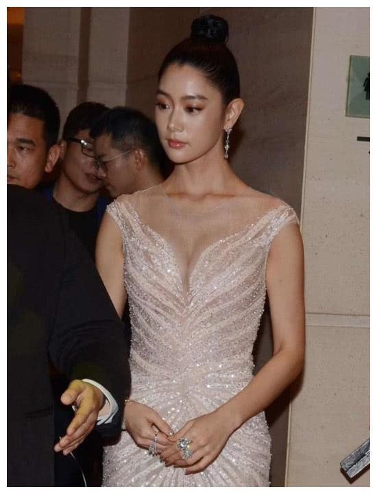 李成敏穿孔雀服亮相上海电影节,身后的眼睛小哥哥你在看哪呢?