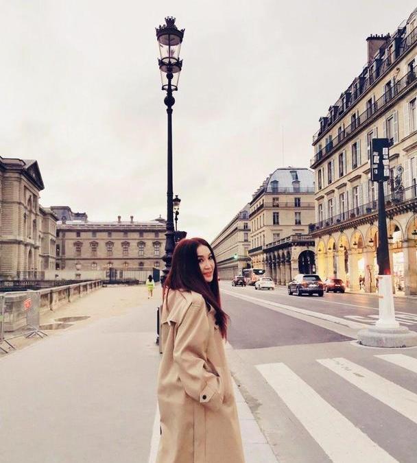 温碧霞终于不穿吊带裙,卡其色风衣配长靴在巴黎街拍,减龄又洋气