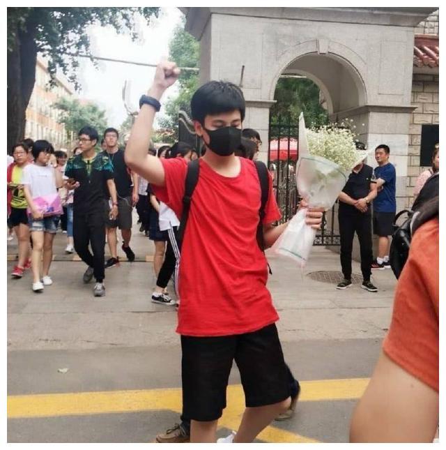 明星毕业季,吴磊参加毕业会引围观,易烊千玺晒毕业照老干部风!