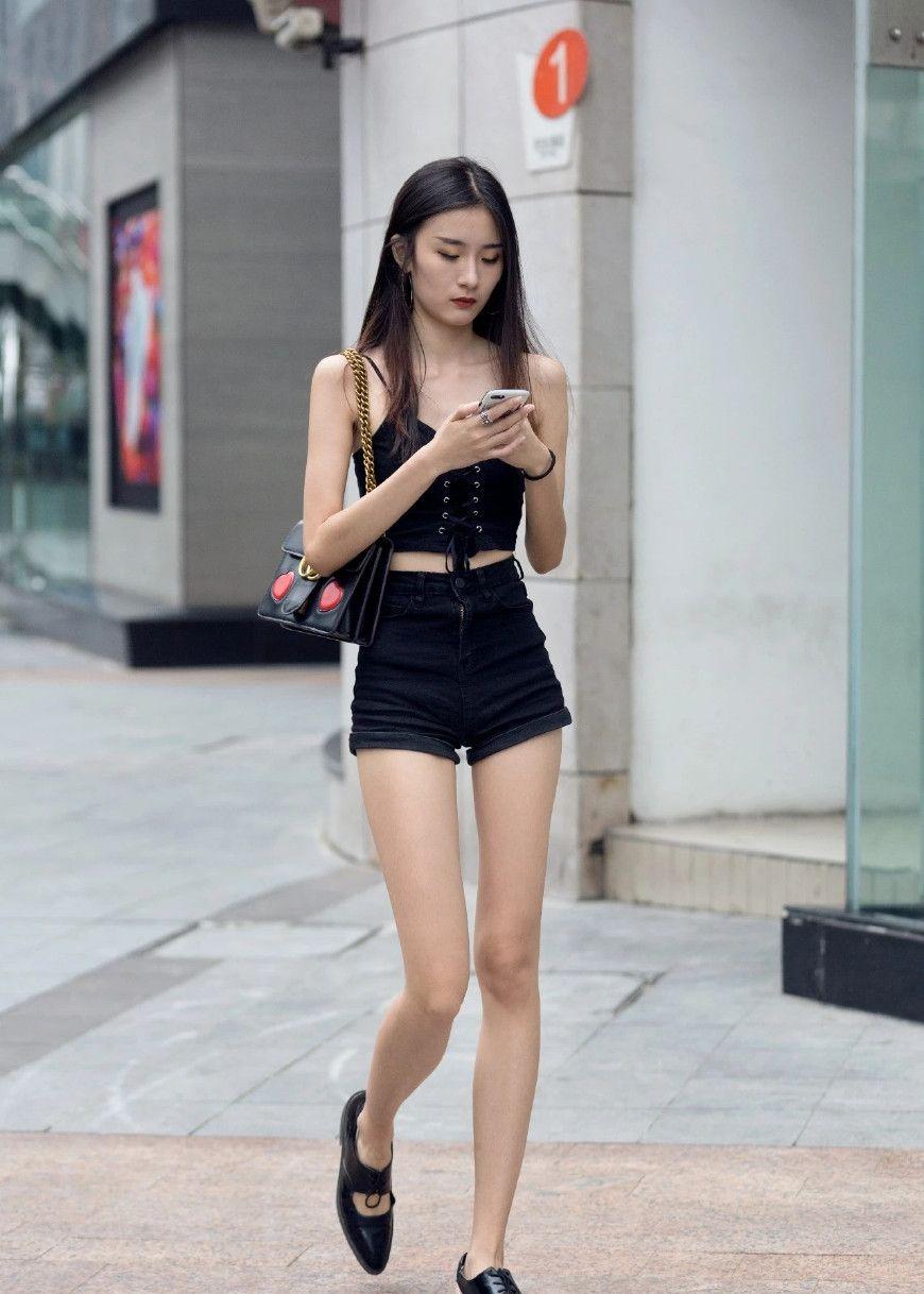 街拍:一件黑色吊带搭配红色长裤,尽显时尚潮流范