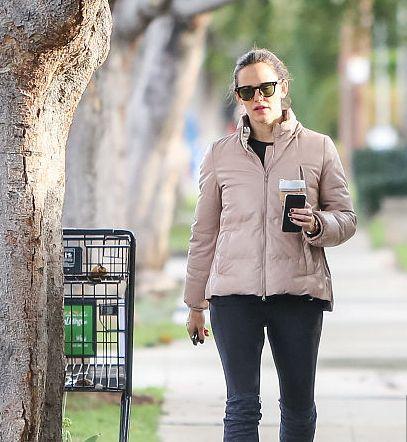 詹妮弗·加纳粉嫩外套颜值回春,独自散步看小黑板若有所思显呆萌