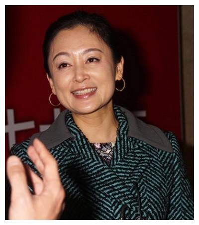 49岁陈红近照,早已没有女神容颜,网友:却长得越来越像倪萍了