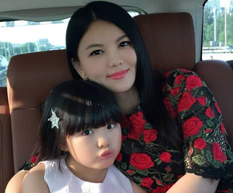 赵薇李湘同晒女儿画画照,看到姿势后,才明白穷养与富养区别在哪