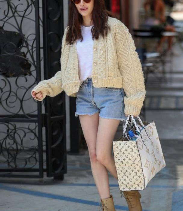 她是好莱坞四小花旦之一,穿毛衣+热裤出街,网友:好看但不热吗