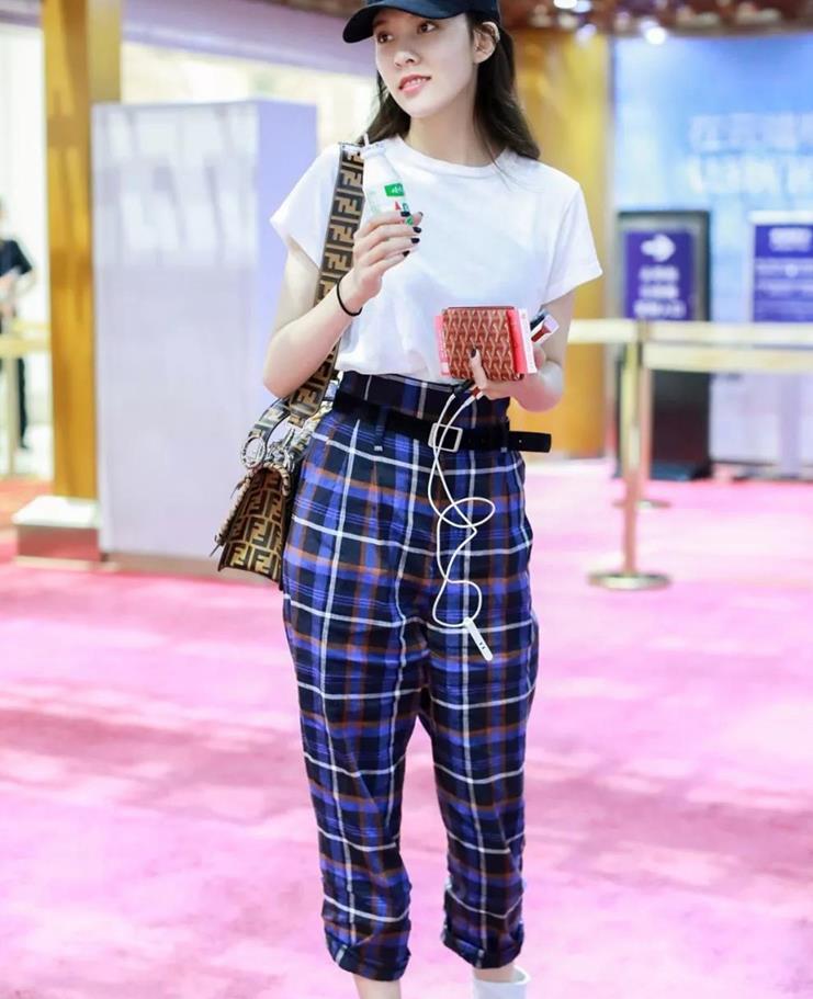 入手复古纹格裤,演绎随性英伦风,塑造时尚休闲范