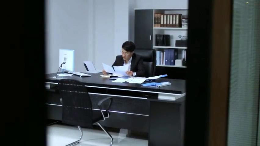 老总在办公室加班,美女故趁机溜进他的办公室,门一关直奔主题