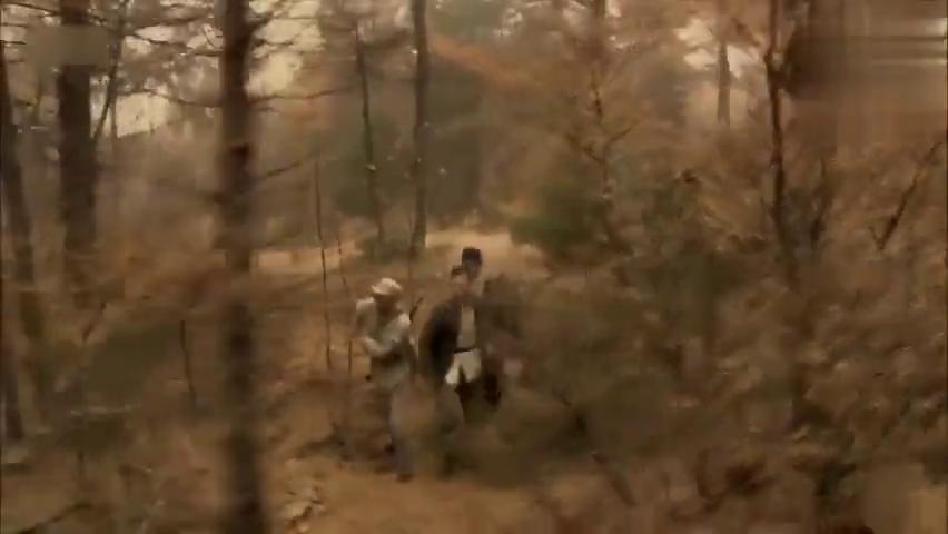 八路军和农民进山剿匪,发现一个可疑人员,农民一眼看出了破绽