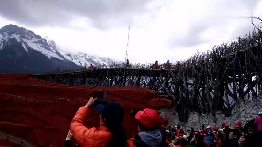 实拍云南省丽江市玉龙雪山场面宏大给人气势磅礴之感