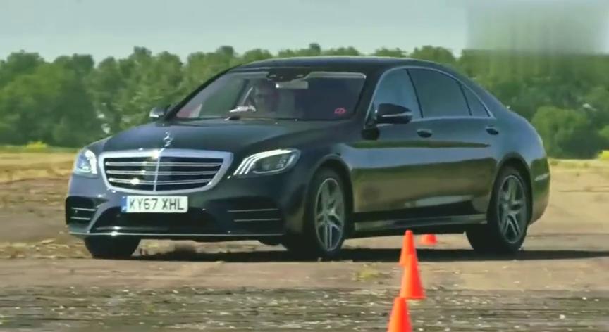 视频:奥迪A8和奔驰S是一个级别的吗坐在后排倒酒就知道了