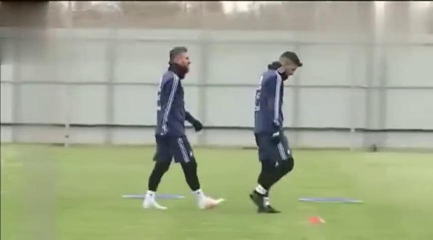秀恩爱!,梅西全副武装阿根廷国家队训练,阿圭罗全程陪同