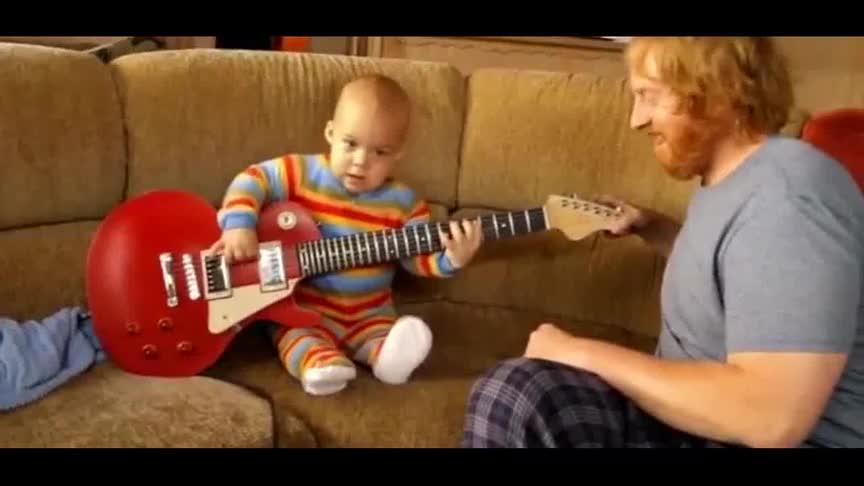 一岁小宝宝弹得一手好吉他,还来一个可爱的手势