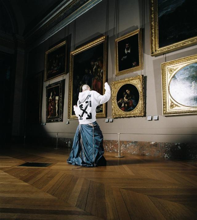 法国卢浮宫惊现潮流品牌身影