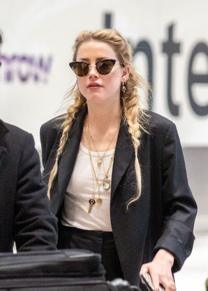 琥珀Amber Heard机场街拍,今天的发型不错两个辫子很可爱!