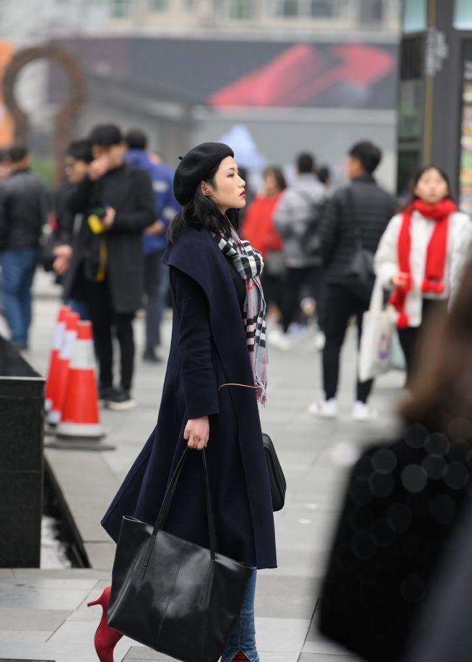 街拍;皮毛一体外套机车感十足,搭配长筒靴,秀出完美的大长腿