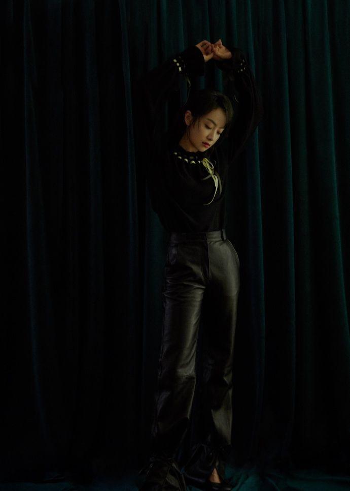 宋茜着编织系带毛衣保暖个性 鱼尾束口哑光皮裤率性时尚
