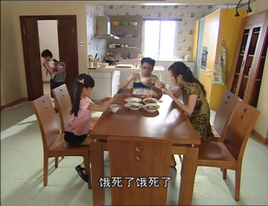 男孩回到家,爸爸妈妈没有等他吃饭,男孩就想让女孩帮他解除魔法