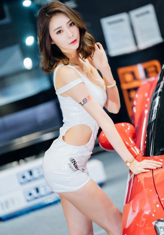 凯迪拉克车展,车模白抹胸裙身材爆棚,能否俘获车友芳心?
