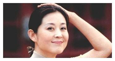 59岁倪萍在医院被偶遇:走路需要两人搀扶 现在又瘦又美