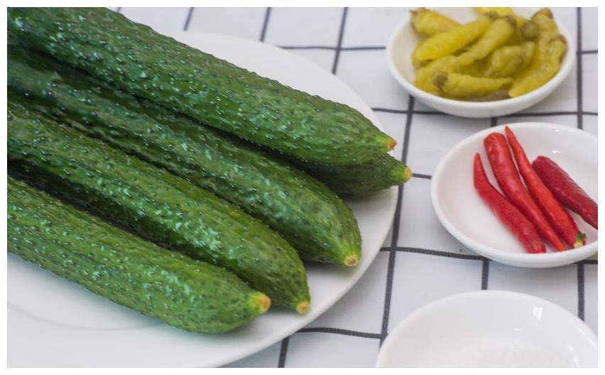 冰凉爽脆腌黄瓜,甜脆香辣,那么热的夏天,早晚餐就拿它来下饭吧