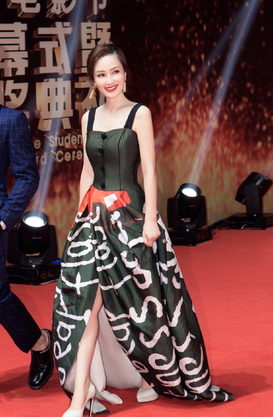 孙宁亮相北京大学生电影节闭幕红毯长裙明媚动人气场强