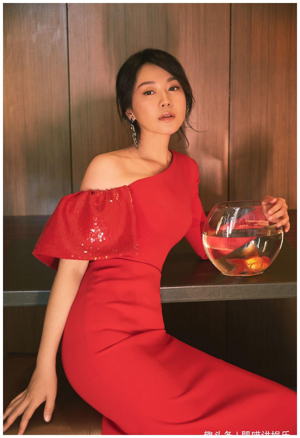 闫妮亮相第25届上海电视节 红裙摇曳温婉可人 网友:少女妮