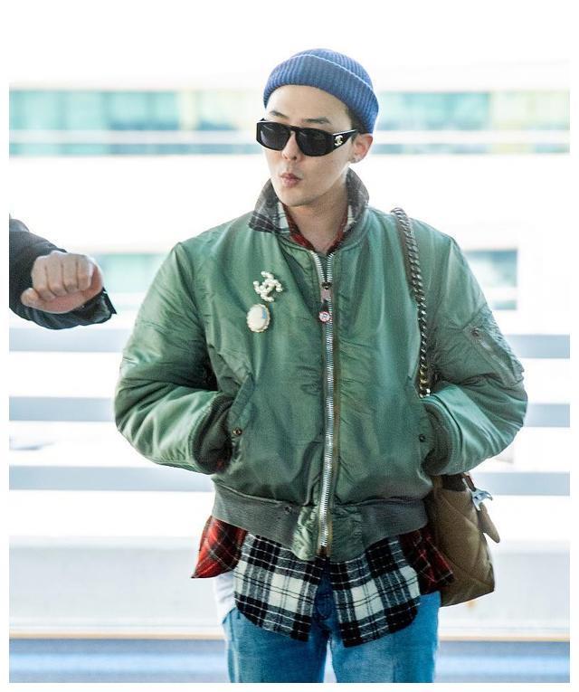权志龙潮过火了!机场穿及腰夹克不够,还挎女士链条包,欣赏不来