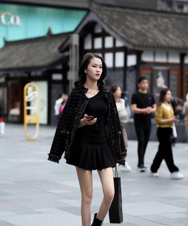 街拍:小姐姐黑色小香风外套搭配同色百褶裙,马丁靴帅气甜美