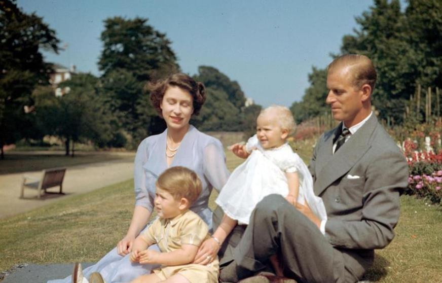 英国女王最难忘的4张照片,大部分都是跟丈夫菲利普亲王有关