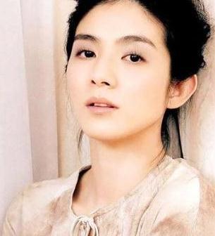 杨采妮终于换短发,穿咖啡色连衣裙像阔太,奈何手臂线条太过粗犷