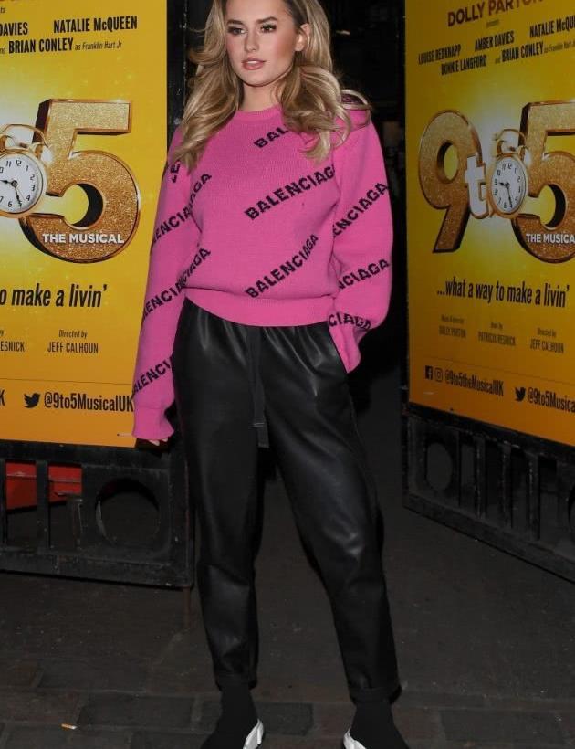 英国超模安伯·戴维斯街拍,玫红色卫衣搭配皮裤,街头风显酷帅