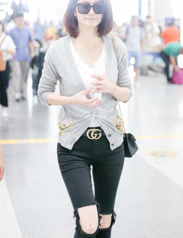 48岁洪欣身材真好,针织衫配破洞牛仔裤走机场,秒变28岁少女身材