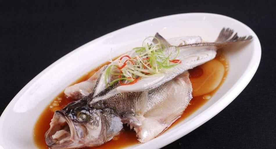 清蒸鲈鱼时,直接上锅蒸就废了,蒸锅里多加点它,鲈鱼鲜嫩多汁