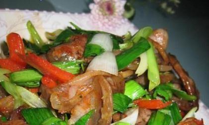 美食推荐:蒜苗炒香肠,韩式辣白菜鲭鱼汤,石锅辣椒炒海参的做法