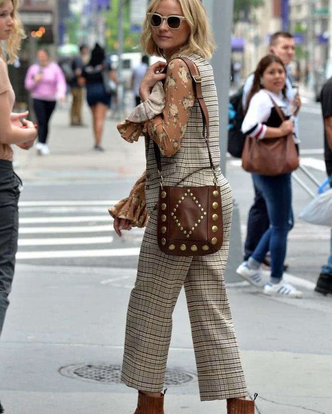 黛安·克鲁格 Diane Kruger街拍,衬衫 马甲,复古穿着时尚抢镜