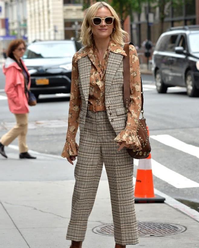 黛安·克鲁格 Diane Kruger街拍,衬衫+马甲,复古穿着时尚抢镜