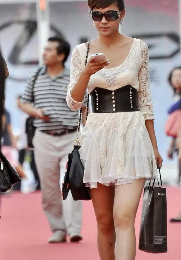 街拍:30岁小姐姐太阳镜盘头气质优雅港姐风