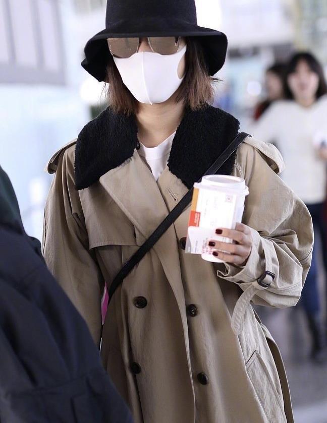 王珞丹遇粉丝疯狂示爱后现身机场,穿风衣搭白裤、白鞋,太时髦!