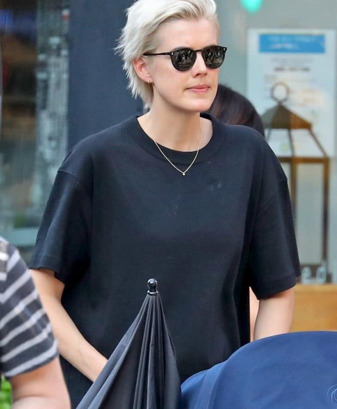 阿格妮丝·迪恩纽约街拍,黑T恤裙搭配运动鞋,一头短发潇洒干练