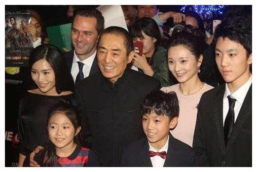 67岁张艺谋带一家7口亮相红毯,二婚妻子17岁嫁他19岁生娃