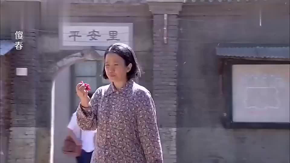赵妈正在吃葡萄陈刘氏不洗就吃也不怕拉肚子一会就打脸了