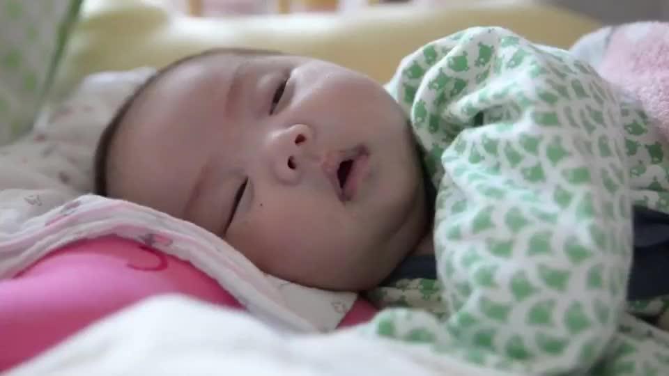 可爱小宝宝睡梦中突然露出超甜的笑容 这是梦到中彩票了吗?