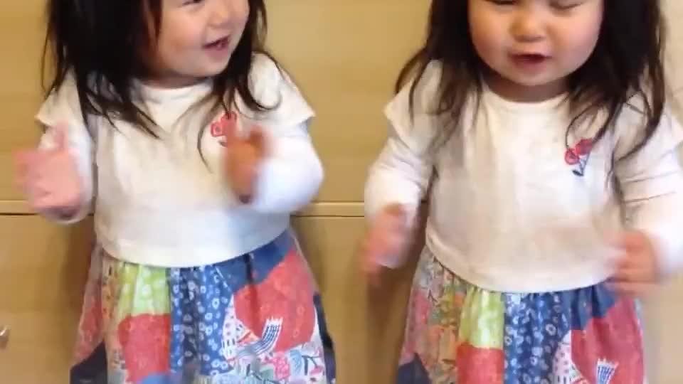 萌萌哒双胞胎萝莉嗨歌尬舞 组个组合出道一定会红