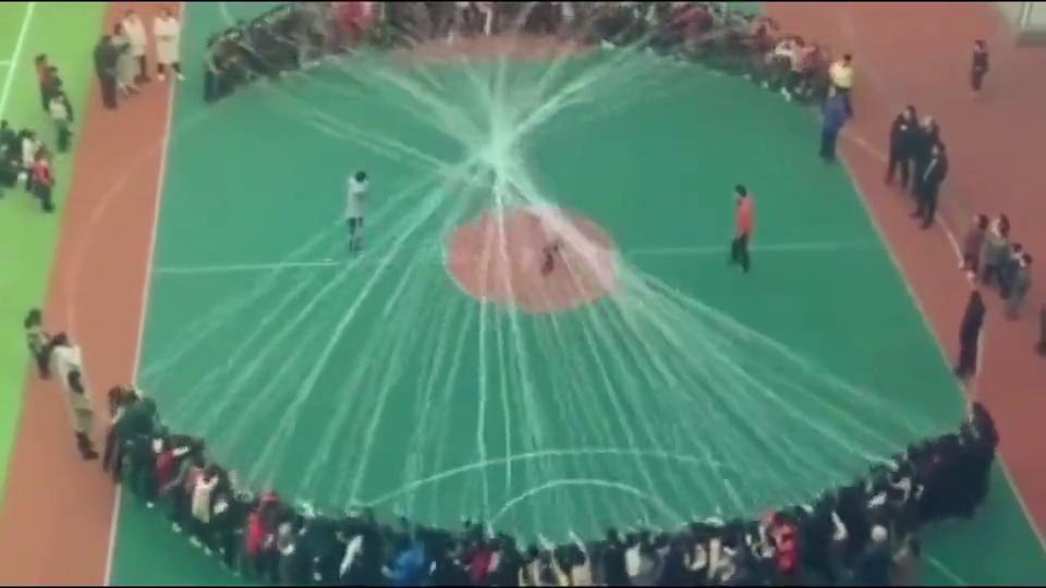 学校组织跳绳大赛,全员出动,勇夺第一